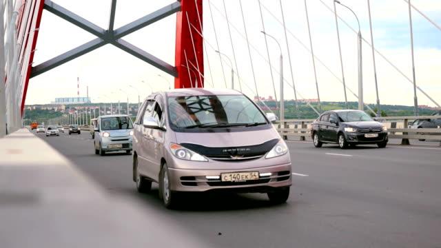 曇り空と移動車で橋を通る道路 - 曲線点の映像素材/bロール