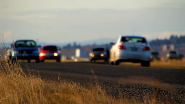 il traffico su strada basso angolo - passare davanti video stock e b–roll