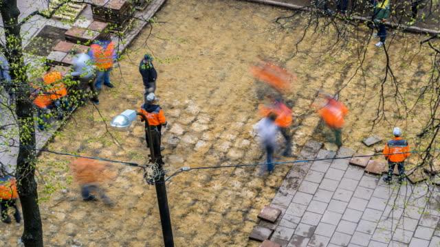 道路労働者はタイル舗装、タイムラプスを解体 - 煉瓦点の映像素材/bロール