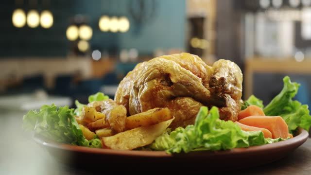 Pollo asado con verduras - vídeo