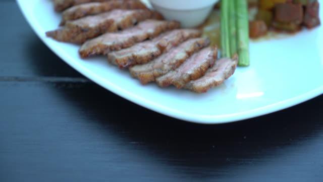 vídeos y material grabado en eventos de stock de pato asado - comida salada