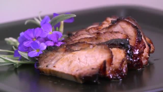 stekt fläsk kött mat grillas - axel led bildbanksvideor och videomaterial från bakom kulisserna