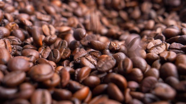 gerösteten arabica-kaffeebohnen - gebraten oder geröstet stock-videos und b-roll-filmmaterial