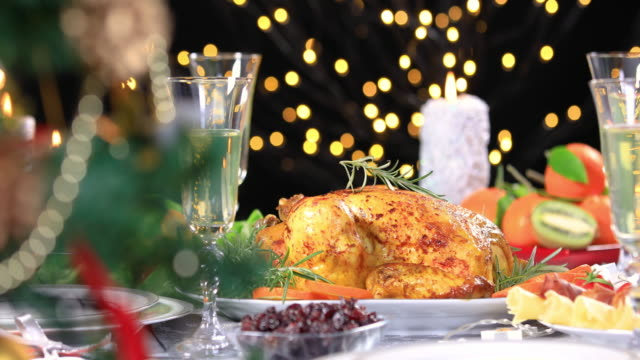 pollo arrosto sul tavolo festivo di natale - cena natale video stock e b–roll