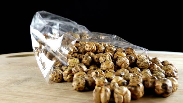 ひよこ豆のロースト マクロの表示 - 木目点の映像素材/bロール