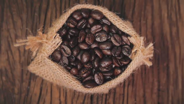 vidéos et rushes de fond et texture de grains de café torréfiés. concepts de boissons et de boissons - sky
