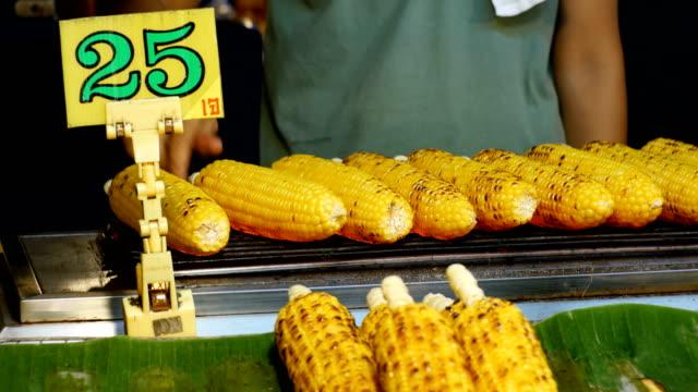 Geröstetem Mais auf das Schaufenster der asiatischen Schale. Thailand – Video