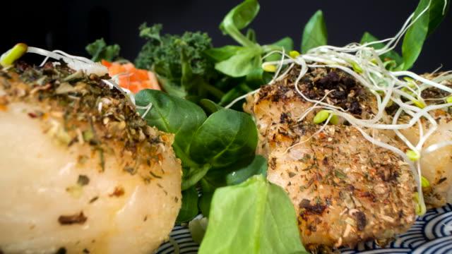 vídeos de stock e filmes b-roll de roasted fish with fresh vegetables - bacalhau