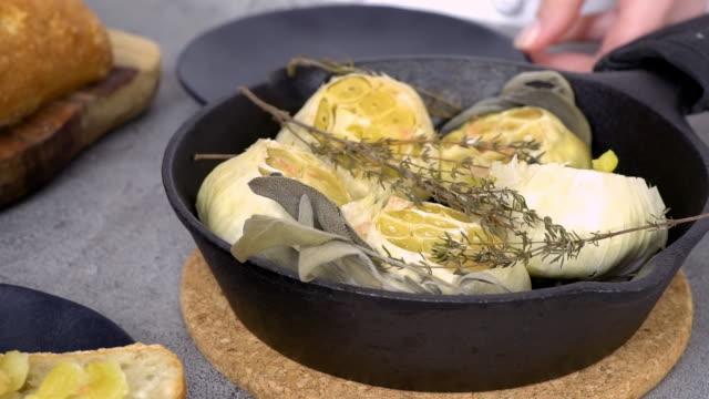 roasted garlic spread recipe made with spices in cast iron skillet. - parte della pianta video stock e b–roll