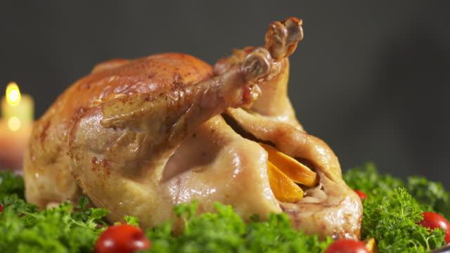 roasted juicy turkey on tray for thanksgiving or christmas dinner - indyk pieczony filmów i materiałów b-roll