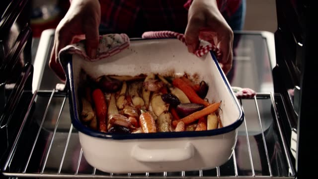 roasted root vegetables fresh from the oven - prażony filmów i materiałów b-roll
