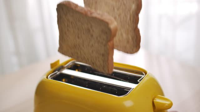 ローストトーストパンがトースターから飛び出す、スローモーション - 食パン点の映像素材/bロール