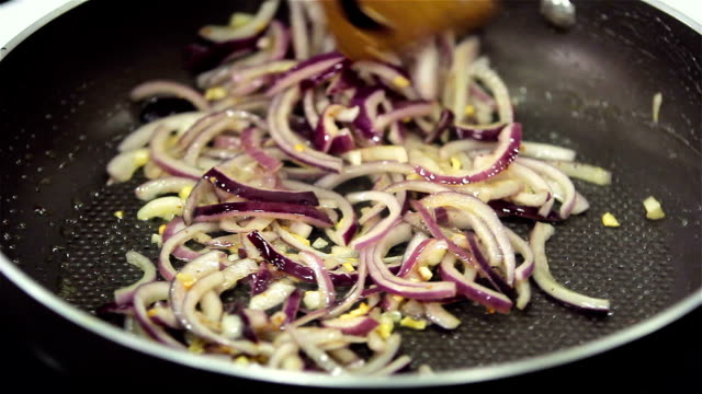 Roasting onions with garlic video