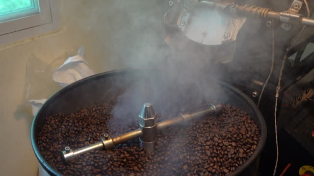 Roasting process of coffee beans with an automatic roasting machine