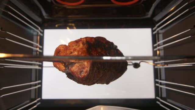 stockvideo's en b-roll-footage met roosteren spit geroosterd varkensvlees in de oven - geroosterd
