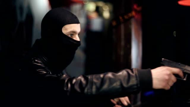 robber перерывы в баре и переводит деньги - вор стоковые видео и кадры b-roll
