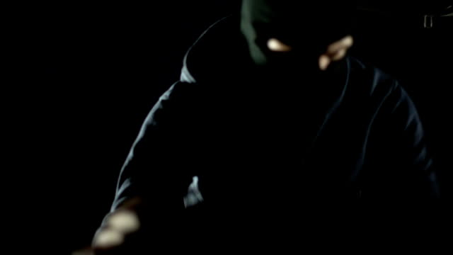 車のトランクと盗むお金, 犯罪, セキュリティ システムを開くバラクラバ強盗 - 犯罪者点の映像素材/bロール