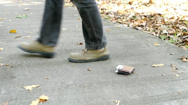 劫匪在街上偷錢包 - 銀包 個影片檔及 b 捲影像