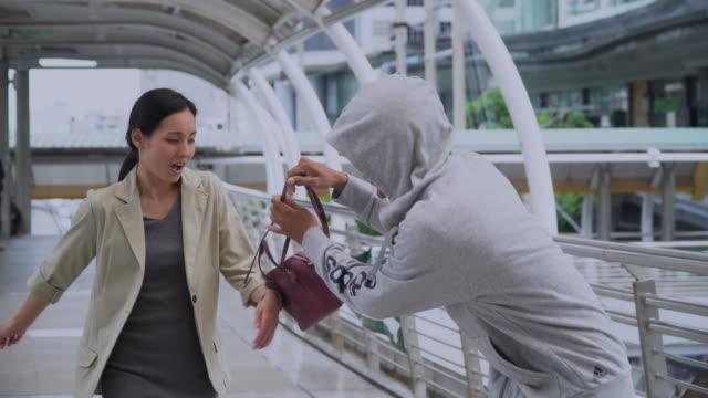 vídeos de stock e filmes b-roll de robber steals bag - roubar crime