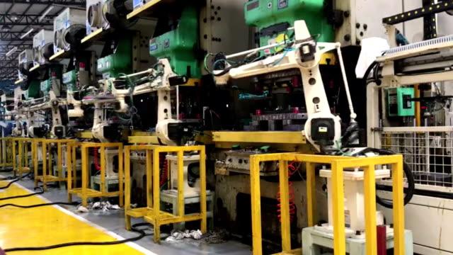 vídeos de stock e filmes b-roll de robot arm in factory - fabricar