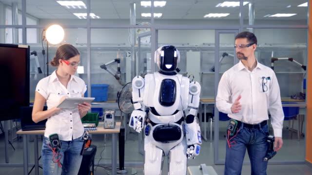 vídeos y material grabado en eventos de stock de un robot copia los movimientos del hombre. - copiar