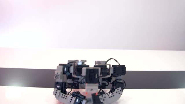 Roboter macht Liegestütze – Video