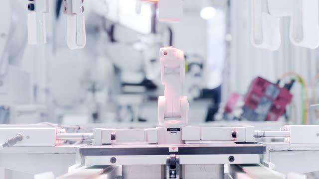 robot machine on artificial intelligence - манипулятор робота производственное оборудование стоковые видео и кадры b-roll