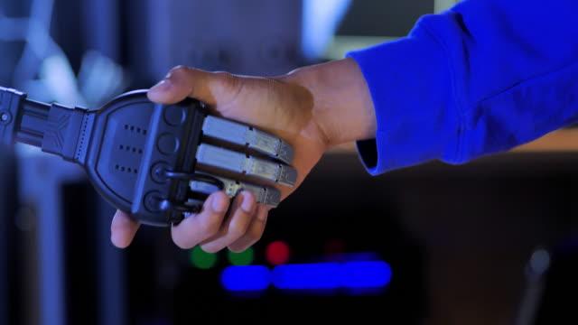 vídeos de stock e filmes b-roll de robot man handshake.human and robot handshake business relationship.cyber communication design concept.industrial 4.0 cyber physical systems concept.robot and engineerer.technology concept.science concept - membro