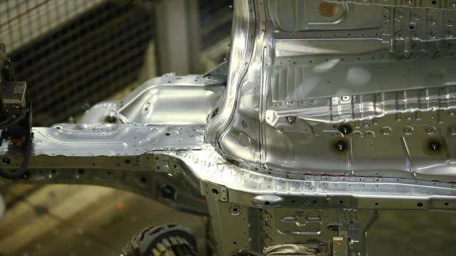 hd-roboter schweißen auf dem body - aluminium stock-videos und b-roll-filmmaterial