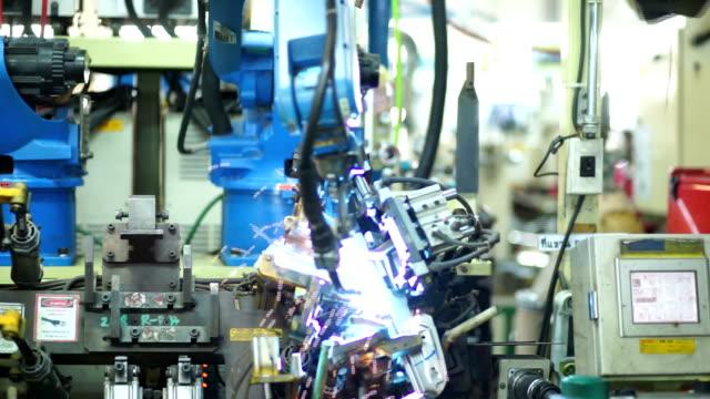 robot di saldatura - metal robot in logistic factory video stock e b–roll