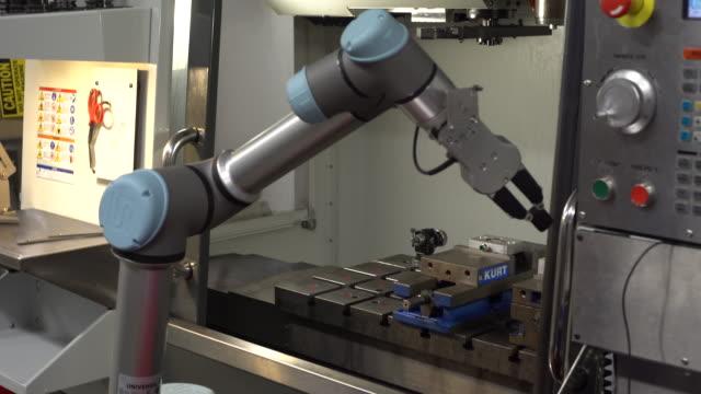 robotic arm closes door - манипулятор робота производственное оборудование стоковые видео и кадры b-roll