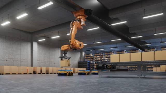 braccio robotico per l'imballaggio con sistemi logistici di produzione e manutenzione utilizzando automated guided vehicle (agv). - metal robot in logistic factory video stock e b–roll