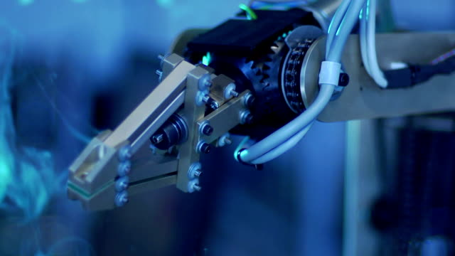stockvideo's en b-roll-footage met robotic arm - slow motion - robot engineer