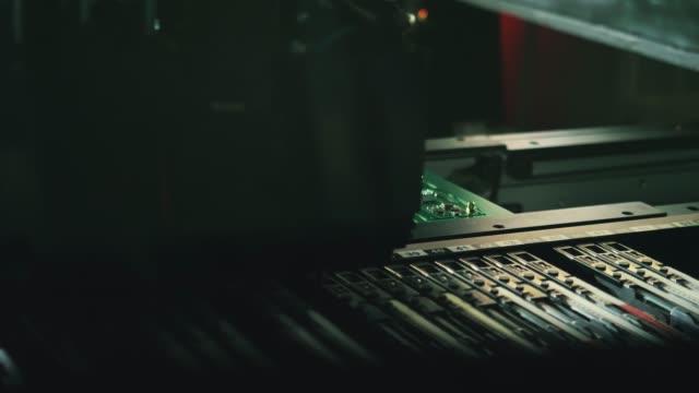ロボットチップ製造。マイクロチップの自動電子はんだ付け。 - センサー点の映像素材/bロール