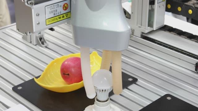 roboter hand installation glühbirne - weichheit stock-videos und b-roll-filmmaterial