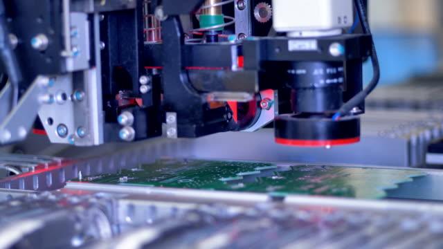 macchina robotica di produzione di circuiti stampati sulla fabbrica moderna. 4k. - rivoluzione industriale video stock e b–roll