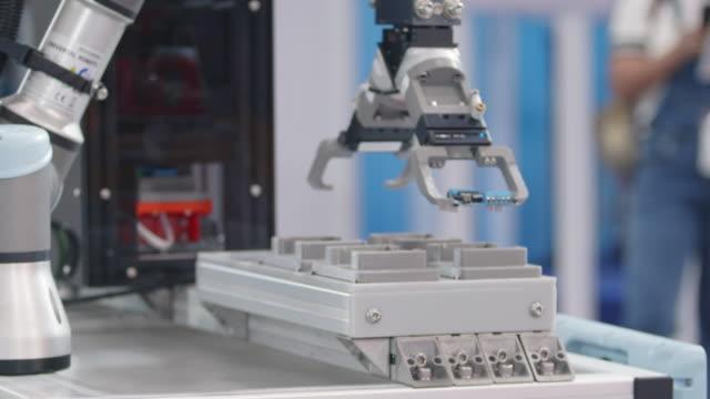 robotic pcb loading on artificial intelligence. - манипулятор робота производственное оборудование стоковые видео и кадры b-roll