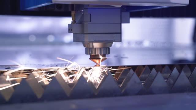 robotica e ingegneria. macchina industriale cnc laser cutter al plasma all'interno. scintille luminose. automazione del processo di taglio della lamiera. strumento moderno nell'industria. controllo informatico della produzione ad alta tecnologia di prodott - incisione oggetto creato dall'uomo video stock e b–roll