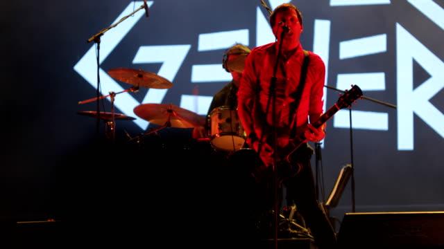 rockband på scenen med en konsert - singer bildbanksvideor och videomaterial från bakom kulisserna