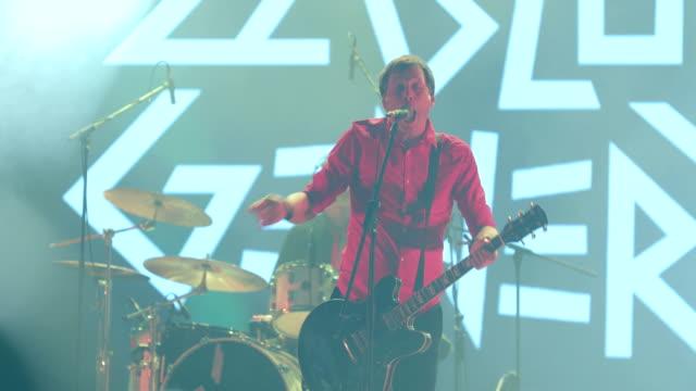 rockband på scenen med en konsert - sångare artist bildbanksvideor och videomaterial från bakom kulisserna