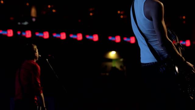 rockbandet som uppträder på scenen - sångare artist bildbanksvideor och videomaterial från bakom kulisserna