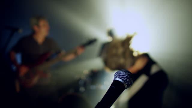 rock band eseguire sul palco - soft focus video stock e b–roll