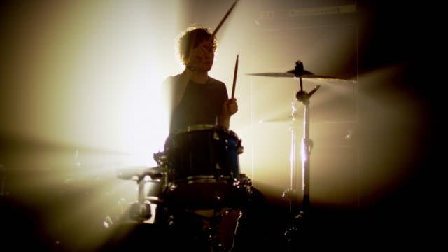 ロック・バンドのステージを実施 - ミュージシャン点の映像素材/bロール