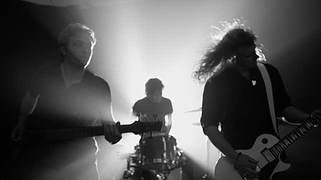 rock band performing on stage - gitarrist bildbanksvideor och videomaterial från bakom kulisserna