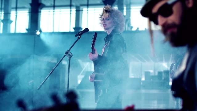 vídeos de stock e filmes b-roll de rock band performing while shooting music video - stabilized shot