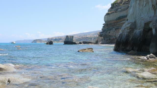 rock cliff of riaci bay in southern italy - video di tropea video stock e b–roll