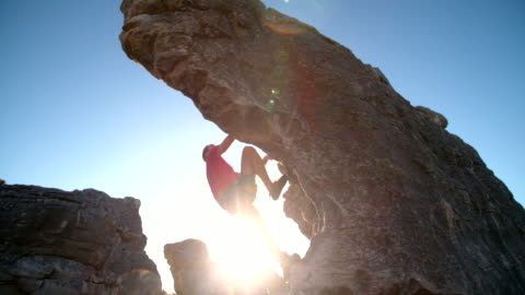 vidéos et rushes de escaladeur de bloc en plein air à la montagne en nature - courage