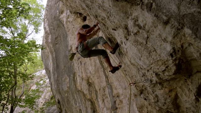 vídeos y material grabado en eventos de stock de rock climber escala difícil vía y falls - escalada en rocas