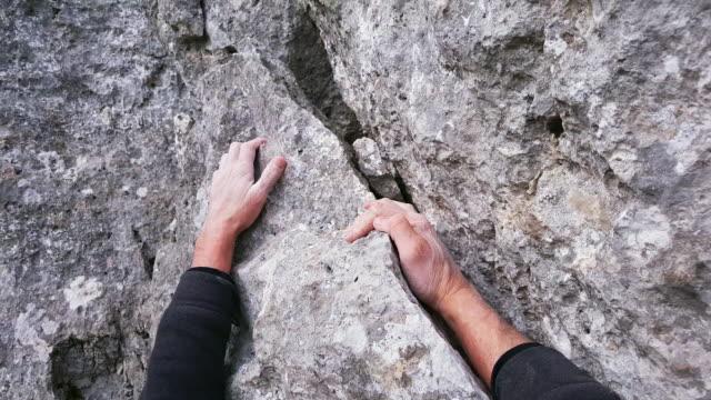vídeos y material grabado en eventos de stock de primer plano del trepador de la roca - escalada en rocas
