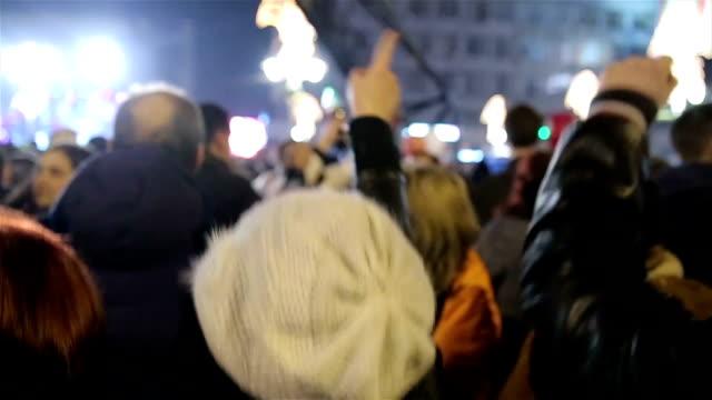 ロック、コンサートのシルエットで最高の人々の手を上げる - ミュージシャン点の映像素材/bロール